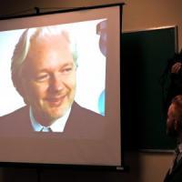 """L'Ecuador ammette: """"Abbiamo staccato Internet ad Assange, non interferisca su elezioni..."""