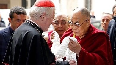 La visita a Milano del Dalai Lama, l'ironia del leader: Sembra che dove vado creo problemi