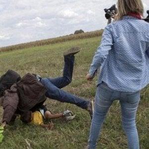 Migranti, premiata la reporter ungherese che sgambettò profughi. Mentre la sua 'vittima' perde il lavoro