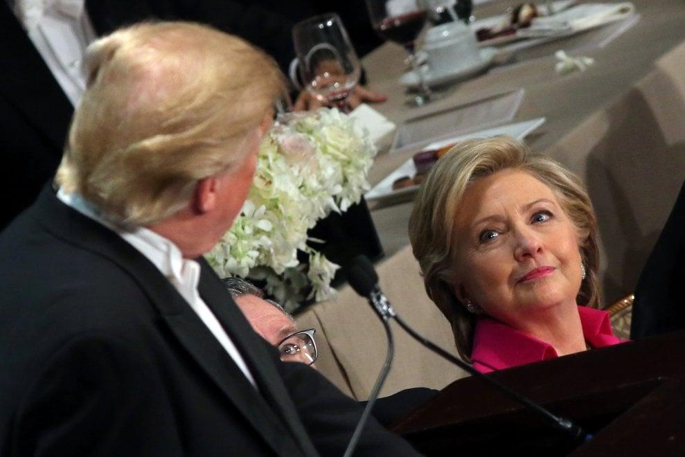 Elezioni Usa, risate e frecciate al gala tra Clinton e Trump