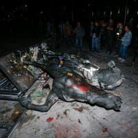 Spagna, abbattuta la statua di Francisco Franco nel centro di Barcellona