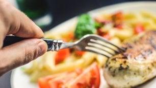Pausa pranzo in salute l'Italia ora è più attenta   Video:  via  grassi e calorie