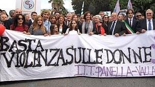 Istituzioni e cittadini in piazza   contro la violenza sulle donne    foto
