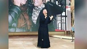 Balla e canta i 'Ricchi e Poveri' Lo show di don Bruno è già cult