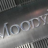 """Fiitch: """"Rating Italia confermato ma outlook negativo"""". E la giustizia Usa contro Moody's"""