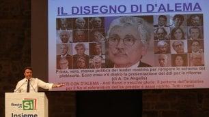 """Sullo schermo la foto di D'Alema    Renzi ci scherza su: """"Toglietela"""""""