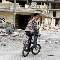 """Siria, ripresi gli scontri ad Aleppo. """"136 bambini uccisi nell'ultimo mese dalle bombe a..."""