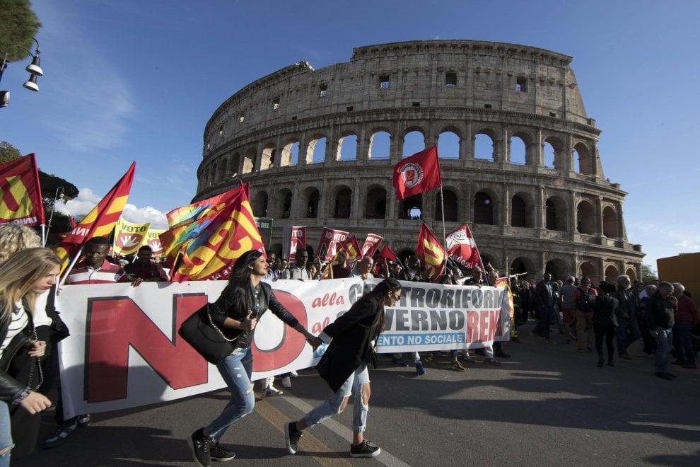 """Referendum, in migliaia a Roma per il """"No"""" dei sindacati di base e della sinistra sociale"""