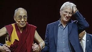 La benedizione del Dalai Lama   Richard Gere tra i monaci