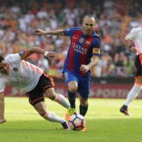 Barcellona, infortunio al ginocchio: Iniesta esce dal campo in lacrime