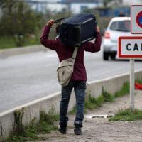 Migranti, chiude la 'giungla' di Calais: scontri
