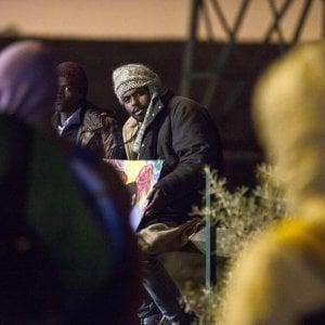 """Migranti, partiti i primi bus: a Calais lo sgombero della """"giungla"""""""