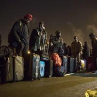 Migranti, cominciato lo sgombero a Calais: in fila con zaini e borse verso i bus