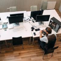 Seduti troppe ore in ufficio, gli alimenti che fanno bene