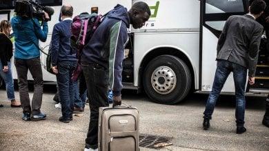 I primi profughi lasciano Calais   foto     video       Via a sgombero dei seimila dalla 'giungla'