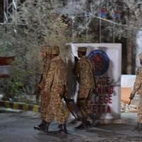 Pakistan: assalto a scuola di polizia, oltre 60 vittime, decine di feriti