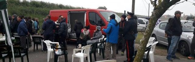 Goro, vince la protesta: va via il bus dei profughi Barricate per l'arrivo di  12 donne e 8 bimbi    foto