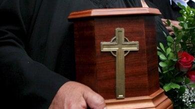 Cremazione, la nuova linea del Vaticano  Ceneri no a casa né disperse in natura