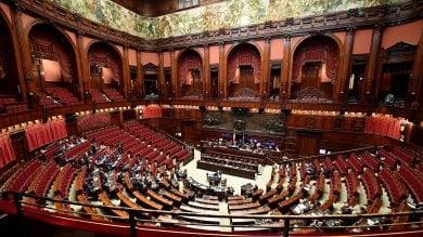 Il M5s presenta la sualegge taglia-stipendi  per i parlamentari.È subito scontro  video