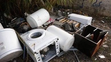 I frigoriferi abbandonati in strada a Roma i sospetti della sindaca Raggi