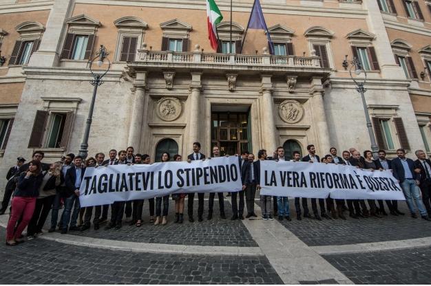 Le scuse dei politici per non votare la legge taglia stipendi