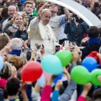 Il papa: basta egoismi, accogliete i migranti