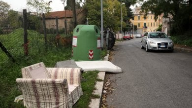 """Raggi e i rifiuti ingombranti   video   """"Ritiro sospeso e non so perché""""  Renzi: 'Rovinati da gombloddismo'"""