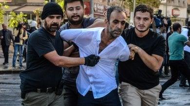 Turchia, i 2 sindaci fermati per terrorismo la rabbia curda in piazza a Diyarbakir   foto