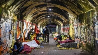 Reportage  Milano, le notti dei profughi  sotto i tunnel e i ponti dei navigli  foto