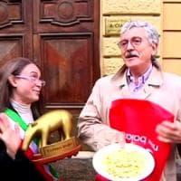 """D'Alema dà il Tapiro all'inviata di """"Striscia"""": """"Siete arrivati secondi, dopo Giletti"""""""
