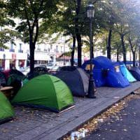 Da Calais a Parigi: i migranti si accampano su un marciapiede della capitale