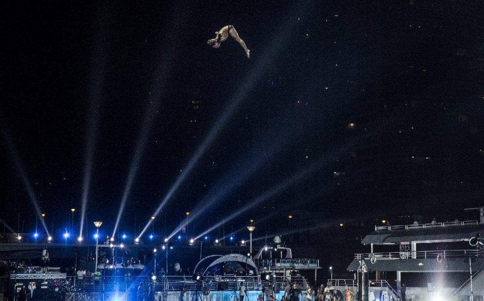 Red Bull Cliff Diving, un tuffo in notturna: le World Series chiudono a Dubai