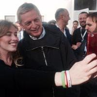 Referendum, anche Cuperlo in piazza del Popolo. E fa selfie con Boschi