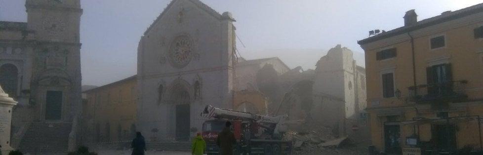 Nuova fortissima scossa di terremoto colpisce il Centro Italia: magnitudo 6.5, epicentro tra Norcia e Preci. Panico, gente in strada