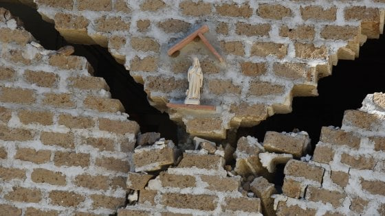 """Terremoto, Cdm, Renzi: """"Container prima di Natale"""". Geologi: """"Suolo abbassato di 70 cm"""""""