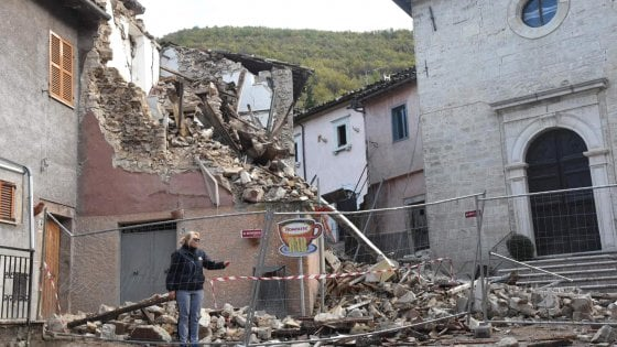 Case Di Pietra Terremoto : Casa muro di pietra le rovine del vecchio castello i terremoti