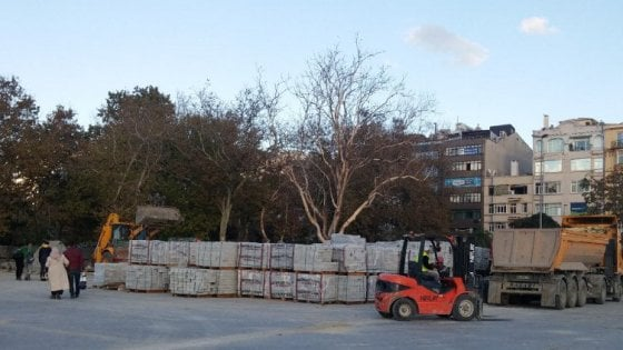 Istanbul, ruspe sui simboli laici: a Gezi Park si abbattono gli alberi e l'edificio Ataturk