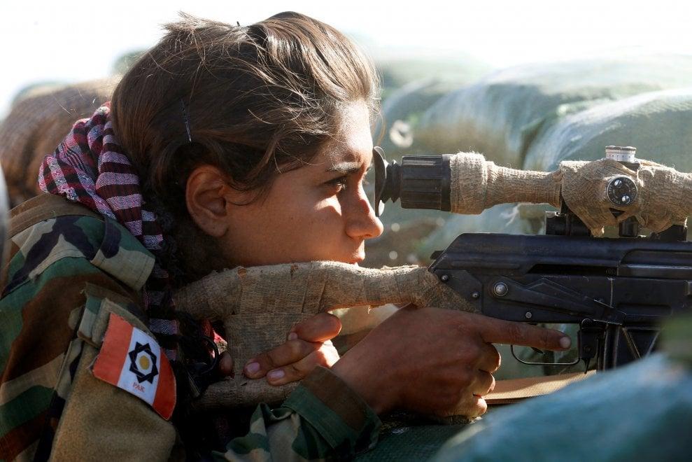 """Mosul, le donne curde che sfidano l'Isis al fronte: """"Un proiettile sempre pronto in caso di cattura"""""""