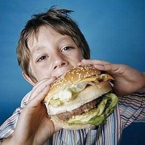 """L'Oms si mobilita: """"Basta con le pubblicità di junk food rivolte ai bambini"""""""