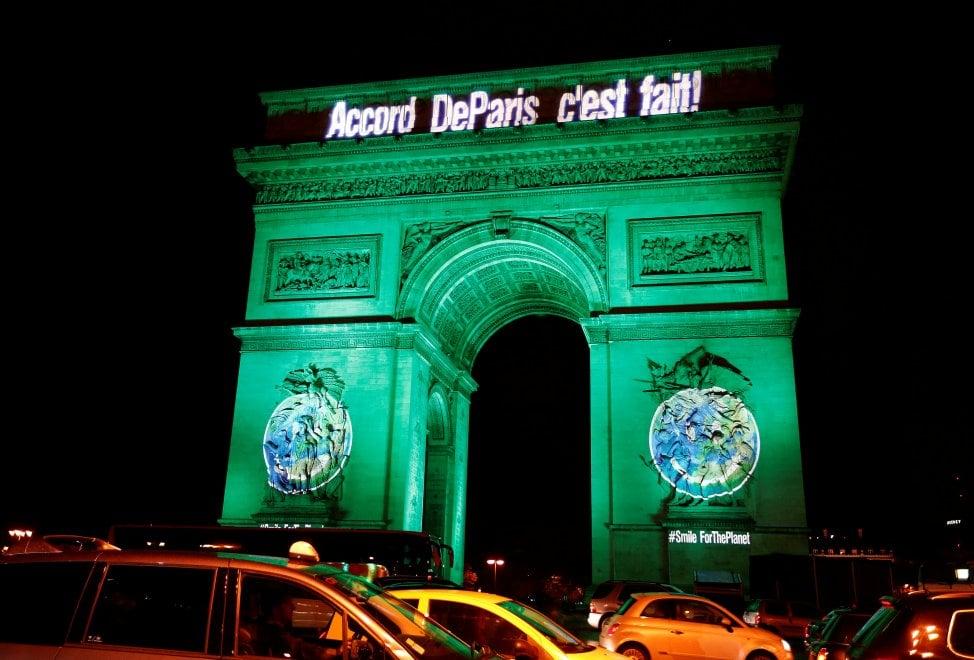 Francia, si celebra l'accordo sul clima: i monumenti si tingono di verde