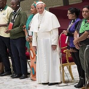 """Migranti, Papa Francesco: """"Si salvano le banche non gli uomini. Vergogna, è la bancarotta dell'umanità"""""""