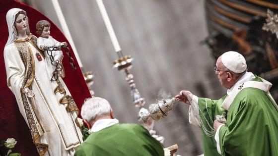 """Il Papa a San Pietro con i detenuti: """"Ipocrita chi vede per voi solo il carcere"""". E chiede atto di clemenza"""