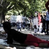 Roma, l'accanimento delle autorità contro i 200 migranti della Stazione
