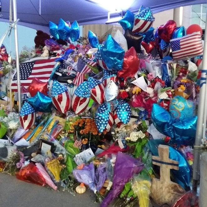 Iowa, l'auto del poliziotto ucciso diventa un memoriale