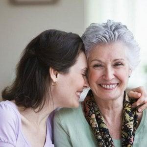 una donna anziana insieme a una donna più giovane, sorridenti