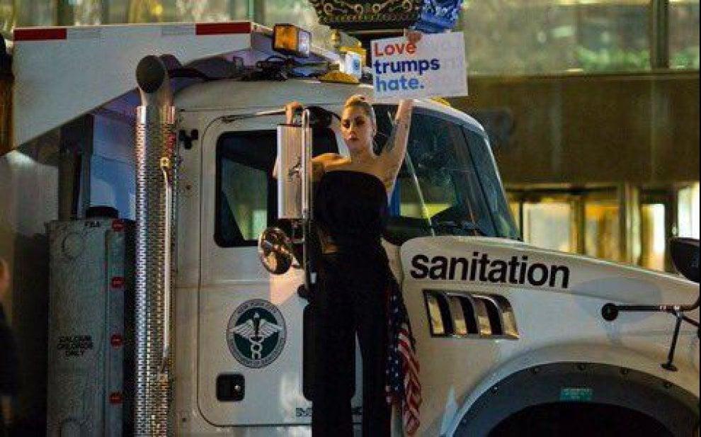 Trump presidente, Lady Gaga in lacrime: protesta davanti alla Trump Tower