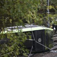 Londra, tram deraglia e si ribalta: sette morti e oltre 50 feriti. May: