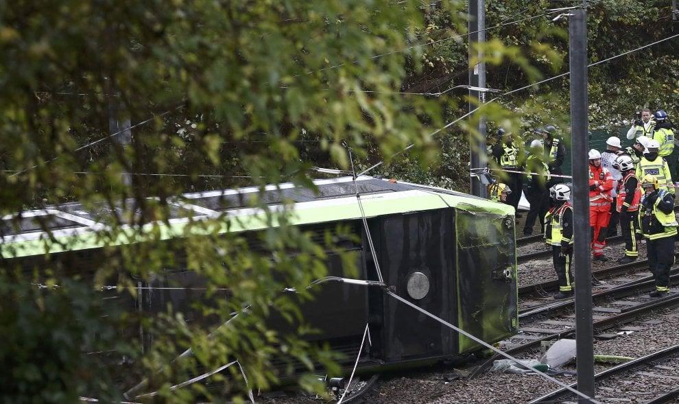 """Londra, tram deraglia e si ribalta: sette morti e oltre 50 feriti. May: """"Terribile incidente"""""""