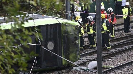 Londra, tram deraglia in periferia: 7 morti, arrestato il conducente