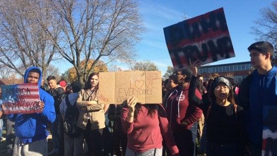 """Iowa, studenti in piazza contro Trump: """"Ci spaventa quello che potrà fare"""""""
